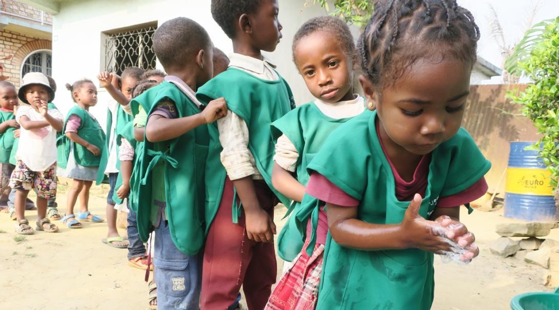 手洗いを習うマダガスカルの幼い子供たち